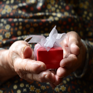Holiday Gift Ideas for Seniors to Make It Healthful, Useful and Memorable